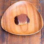 生チョコクリームを絞り込みチョコレートデで蓋をしました。