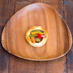 ガラムマサラを使ったスパイシーなカレーと季節の野菜をトッピングしました。